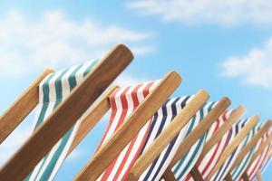 rij ligstoelen op het strand foto