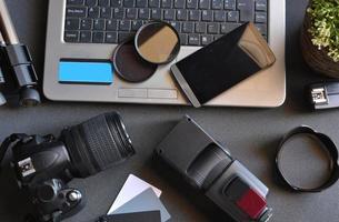 desktop met fotografie-apparatuur foto