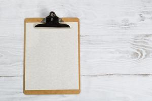 traditionele klembord op wit bureaublad foto