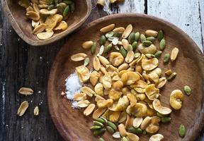 bonen geroosterde snack en zout op houten kom foto