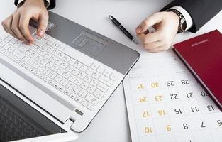 menselijke handen op het toetsenbord van de notebook foto