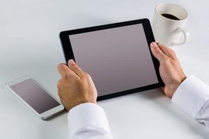 zakenman met behulp van zijn tablet-pc foto
