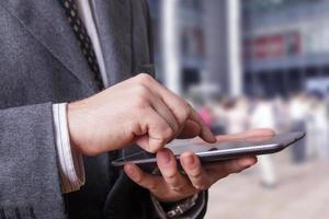 zakenman met behulp van een tablet foto