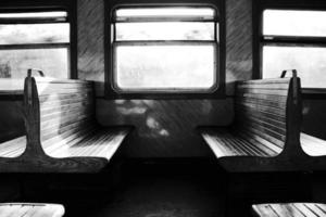 paar banken in de trein foto