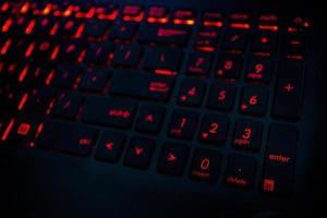 rode achtergrondverlichting op toetsenbord foto