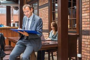 hardwerkende baas met zijn secretaresse. foto