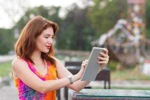 jong meisje browsen trendy tablet pc foto