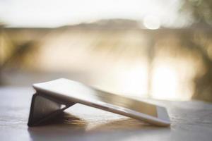 digitale tablet bij zonsopgang foto