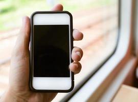 vrouw met behulp van slimme telefoon tijdens het rijden van de metro