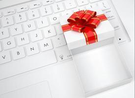 witte open geschenkdoos ligt op het toetsenbord foto