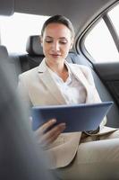 mooie zakenvrouw met behulp van haar tablet-pc foto