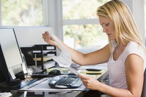 vrouw in kantoor aan huis foto