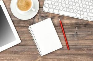 digitale tablet pc, toetsenbord en kopje koffie. thuiskantoor foto