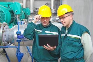 fabrieksarbeiders met notebook foto