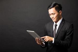 lachende jonge zakenman met tablet pc foto