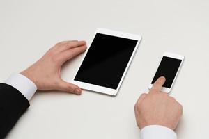 zakenman werken met tafel pc en smartphone