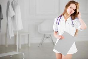 mooie vrouw arts met elektronische tablet foto