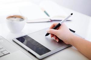 grafisch ontwerper bezig met digitale tablet foto