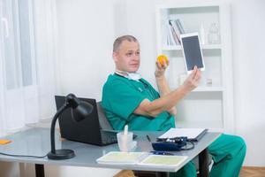 dokter is gefotografeerd in zijn kantoor foto
