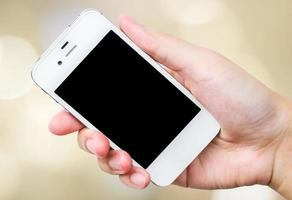slimme telefoon in de hand op de achtergrond bokeh foto