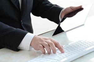 zakenman die degitale tablet gebruiken foto