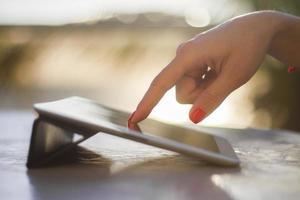 vrouwenhand die op een digitale tablet duwen foto