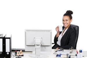 jonge kantoormedewerker drinkt een kopje koffie foto