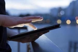 vrouw gebruik tablet foto