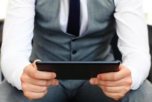 jonge volwassene die werkt op een digitale tablet. foto