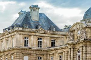 architectonisch detail in Parijs - geveldetail foto