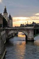 pont notre dame bij zonsondergang, parijs seine rivier brug foto