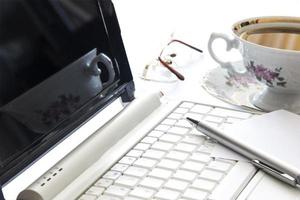 laptop en kopje koffie op kantoor foto