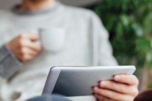 close-up van de mens die tablet gebruikt foto