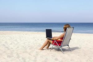 vrouw op het strand foto