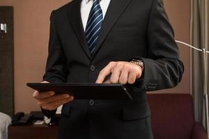 jonge zakenman die met behulp van tablet werkt. foto
