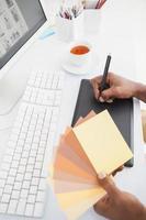 ontwerper werkt met digitizer en kleurenwiel foto