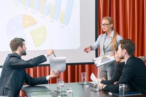 een presentatie maken tijdens vergadering foto
