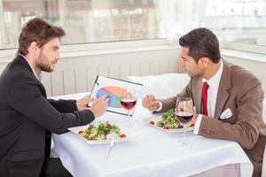 succesvolle jonge zakenpartners bespreken een nieuw project foto