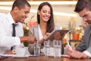 jonge ondernemers met een zakelijke bijeenkomst in de coffeeshop