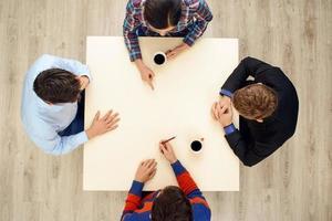 bovenaanzicht tafel met groep jongeren foto