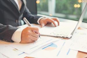 jonge zakenlieden die notitieboekje en een pen gebruiken foto