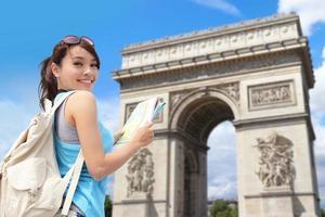 gelukkige vrouw reizen in Parijs foto