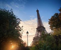 Eiffeltoren bij zonsondergang in Parijs, Frankrijk foto