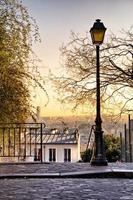 straatlantaarn en de skyline van Parijs foto