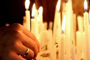 man met een ring brandende kaarsen foto