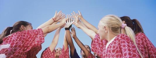 voetbalteam geven high five foto