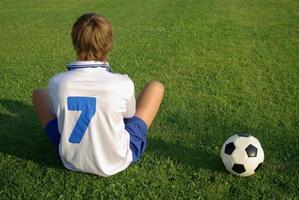 jongen met een voetbal foto