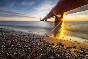 foto van de Deense grote gordelbrug bij zonsondergang