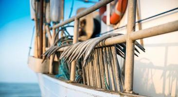 ankers voor visnet in slettestrand foto