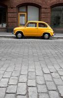 kleine oude auto in de stad foto